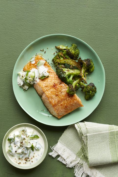 začinjeno salmon with yogurt sauce and roasted broccoli