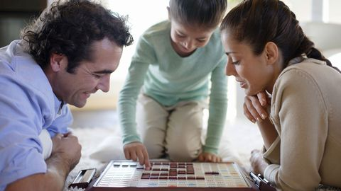 מִשׁפָּחָה playing a board game