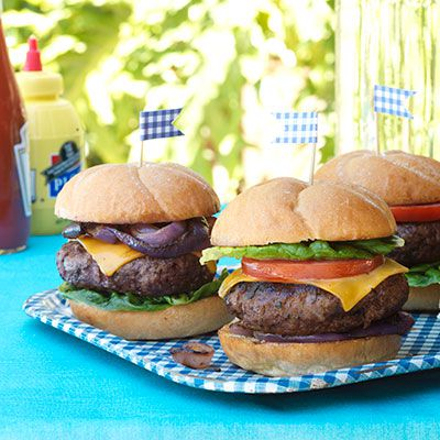crveno oko rubbed burgers with worcestershire glazed onions