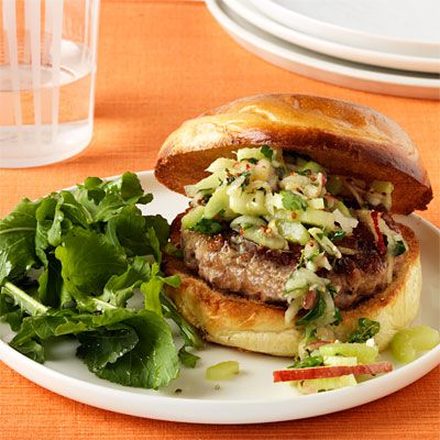 χοιρινό burgers with crunchy apple and celery slaw