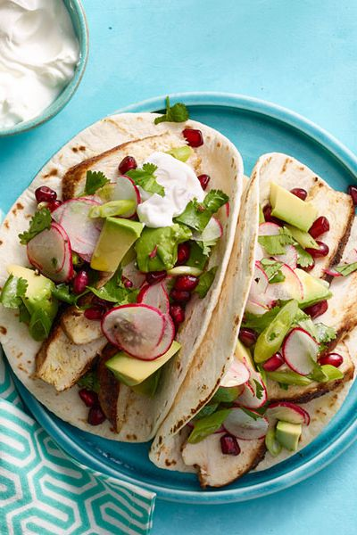 मसालेदार chicken tacos with avocado and pomegranate salsa