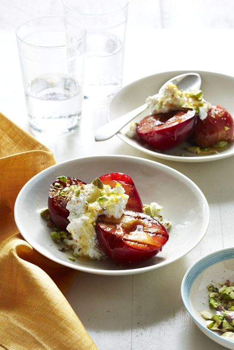 भुना हुआ plums with ricotta and honey