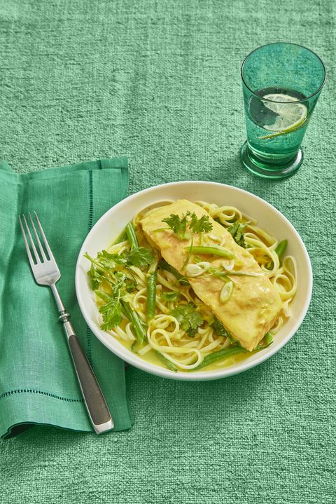 Tajlandski-Spiced Salmon and Coconut Noodles 30-Minute Meal