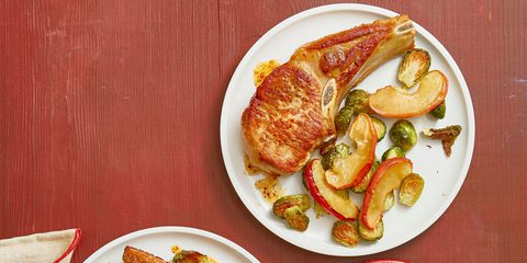 začinjeno pork chops with brussels sprouts and apples